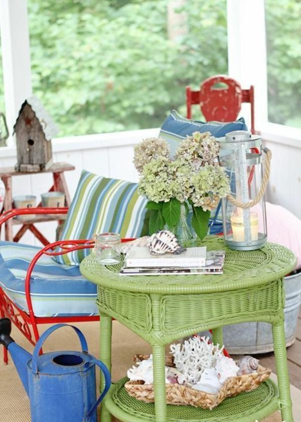 Rattan-Tisch-in-grüner-Farbe-Interior-Design