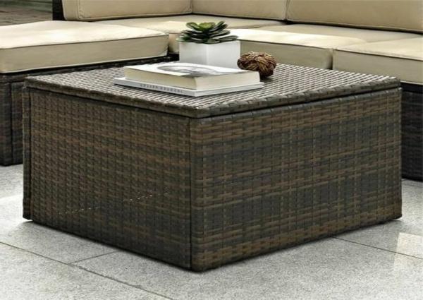 Rattanmöbel-eleganter-Tisch-aus-Rattan-im-Wohnzimmer