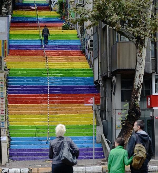 Regenbogen-Farben-Außentreppen-coole-Straßenart