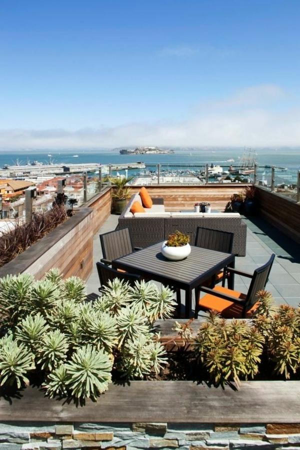 Schöne-Dachterrasse-mit-vielen-Pflanzen-gestalten
