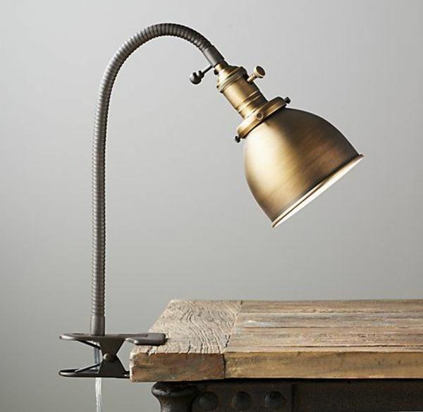 Schreibtischlampe-mit-Klammer-Holzschreibtisch