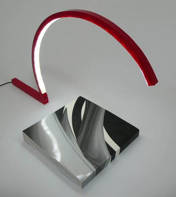 schöne-Schreibtischlampe-mit-kreativem-Design-in-Rot-