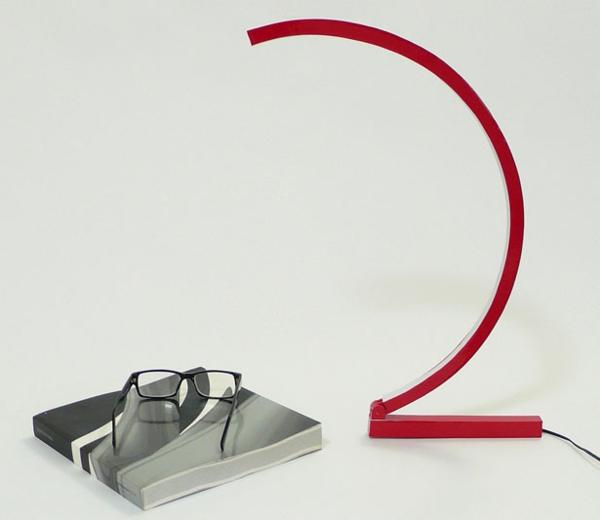 -rote-Schreibtischlampe-mit-kreativem-Design-