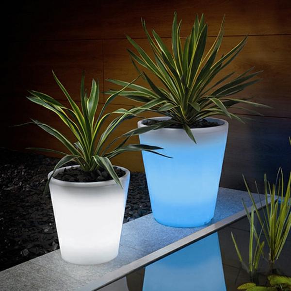 Solar-Blumentöpfe-in-Weiß-und-Blau-Dekoidee