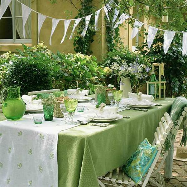 Sommerparty-Tischdekoration-in-weißer-und-grüner-Farbe