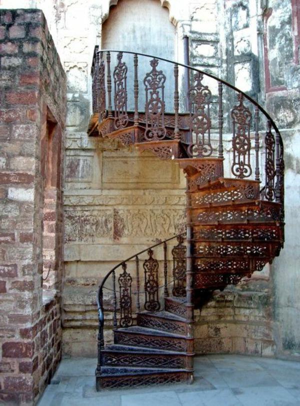 Spiraltreppe-mit-schönem-Design-Metallornamenten