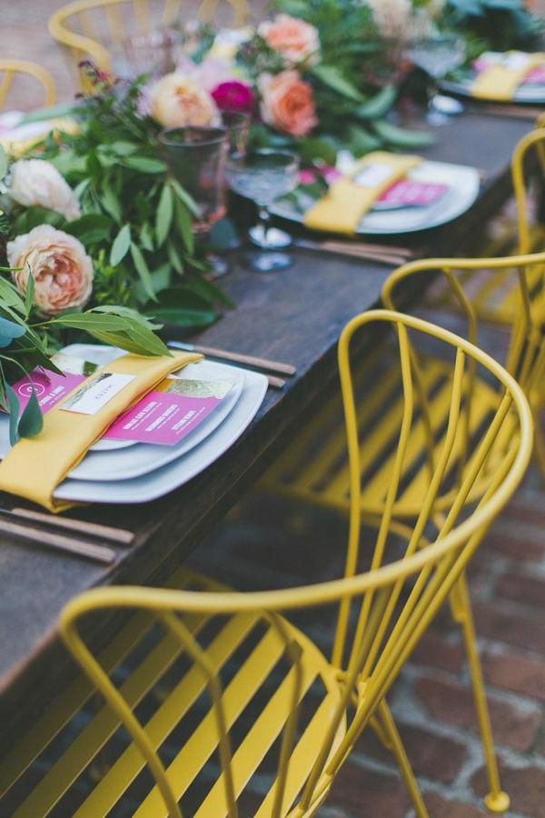 Stühle-in-gelber-Farbe-Hochzeit-Idee
