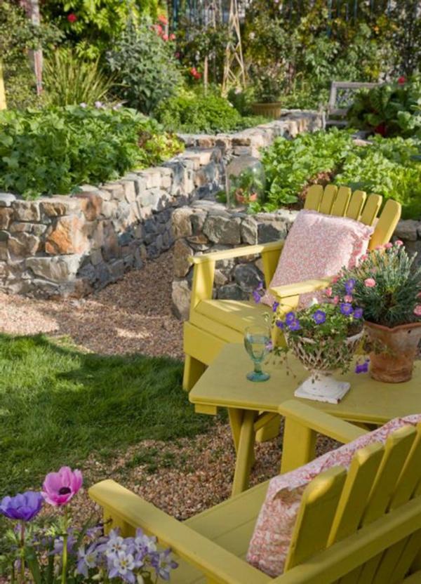 Stühle-in-gelber-Farbe-im-Garten-Gestaltungsidee