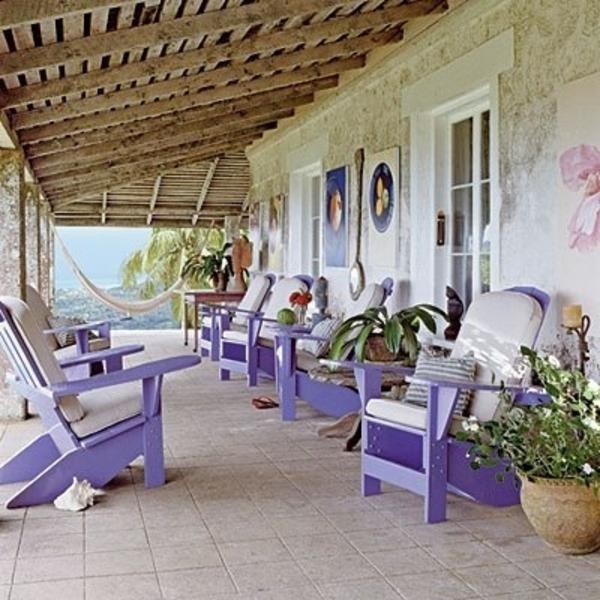 Stühle-in-lila-Farbe-vor-dem-Haus-Design-Idee