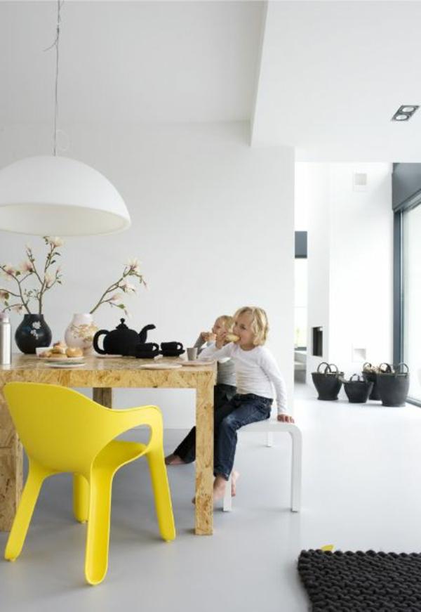 Stuhl-in-gelber-Farbe-für-Kinder