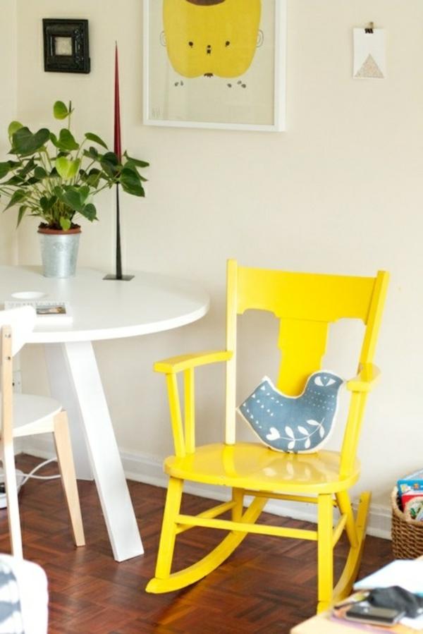 Stuhl-in-gelber-Farbe-im-Zimmer