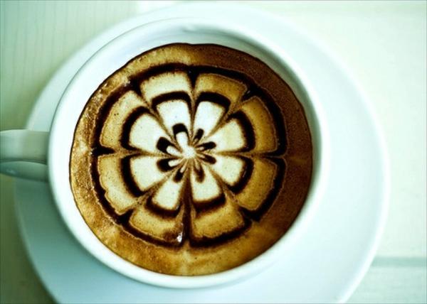Tasse-Kaffee-mit-Blumenmotiven