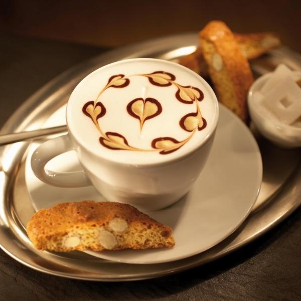 Tasse-Kaffee-mit-Dekoration-aus-Schaum-Cookie