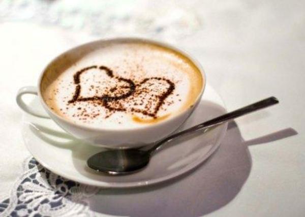 Tasse-Kaffee-mit-zwei-Herzen-Idee-für-Dekoration
