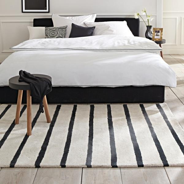 Teppich-Weiß-und-Schwarz-auf-Streifen-im-Schlafzimmer