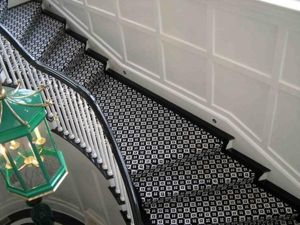 toller-Teppich-auf-Treppen-Schwarz-Weiß-Design