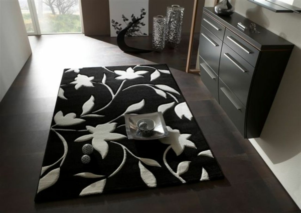 wunderschöner-Teppich-in-Schwarz-Weiß-mit-weißen-Blumen