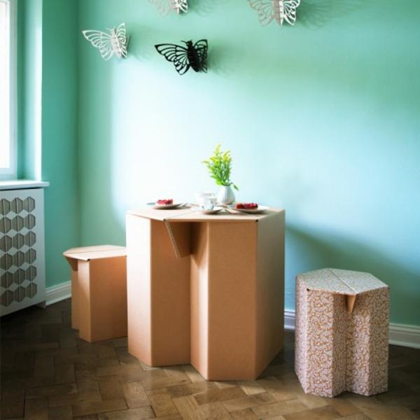 Tisch-und-Stühle-aus-Karton