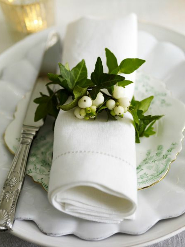 Tischdeko-in-grüner-und-weißer-Farbe-Serviette