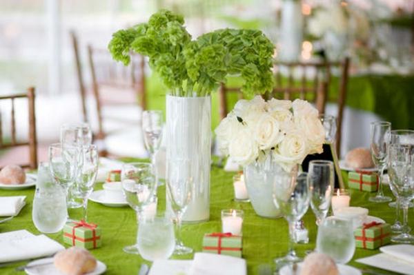 Tischdekoration-in-weißer-und-grüner-Farbe-mit-Blumen