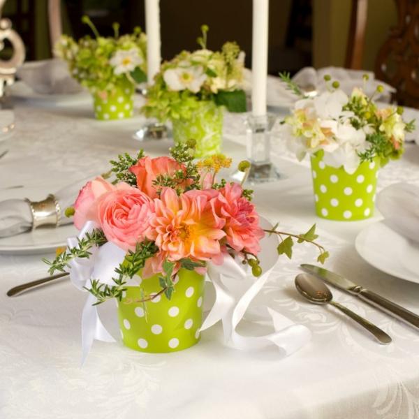 tolle-Tischdekoration-in-weißer-und-grüner-Farbe