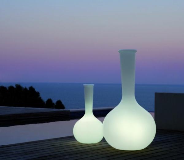 Vasen-beleuchtet-in-Weiß