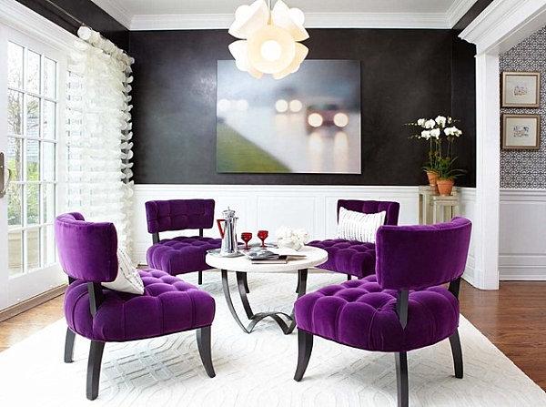 Violett-Stühle-und-weißer-Kronleuchter