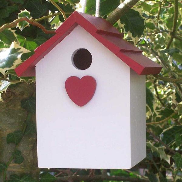 Vogel-Futterhäuser-Ideen-weißes-Haus-mit-rotem-Herzen