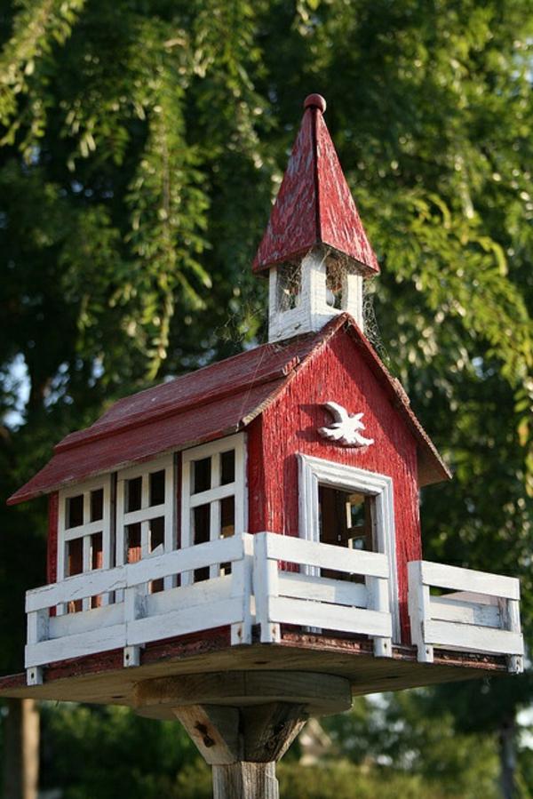 Vogel-Futterhäuser-selber-machen-wie-eine-Kirche