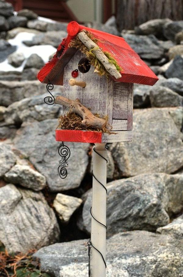 Vogel-Futterhäuser-selber-machen-aus-Holz-Rot