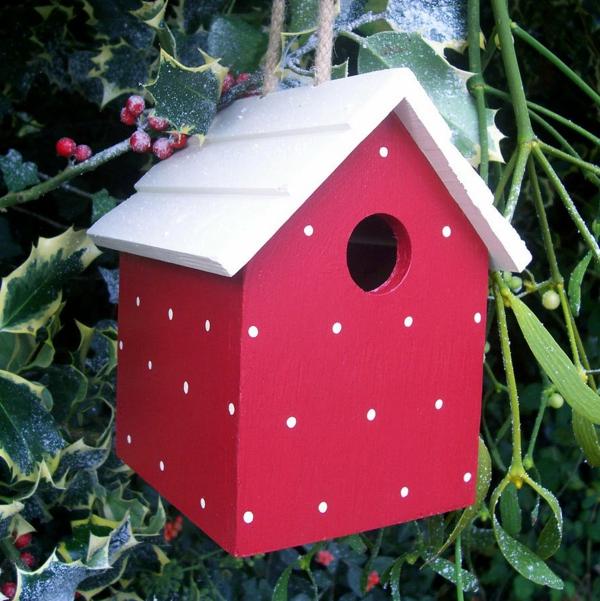 Vogel-Futterhäuser-selber-machen-rote-Farbe-weißes-Dach