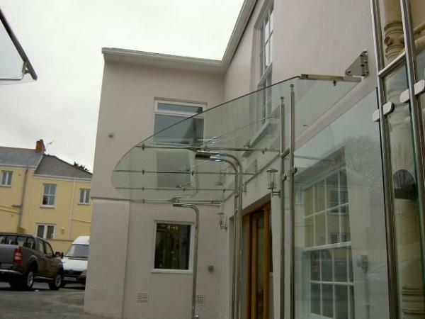 Vordach-aus-Glas-Eingang-Oval