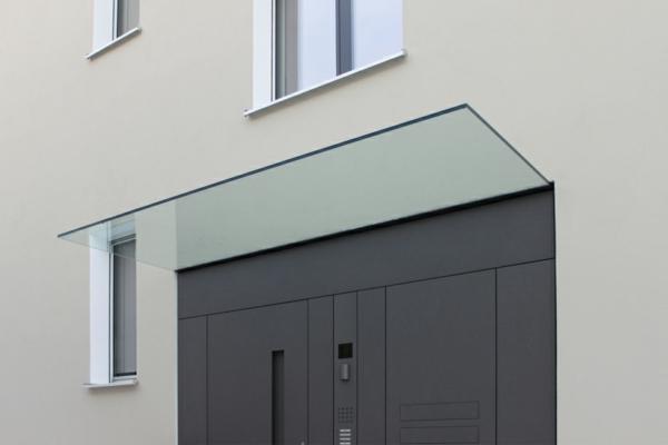 Vordach-aus-Glas-Eingangstür-Design