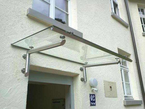 -Vordach-aus-Glas-am-Eingang