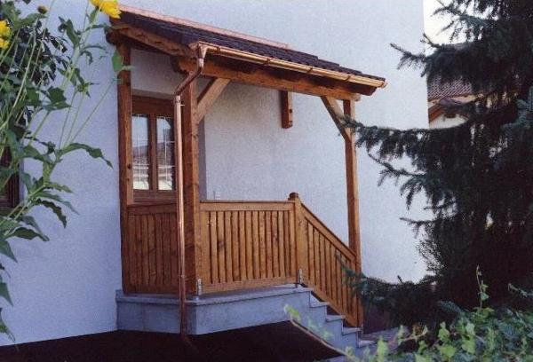 Vordach-aus-Holz über-dem-Eingang-Idee