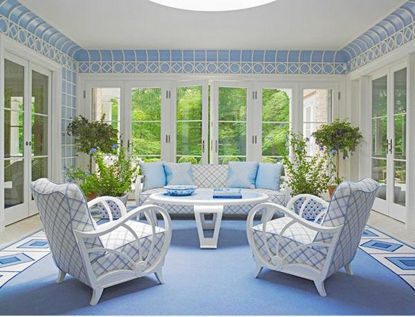 Wohnzimmer-Design-Teppich-in-Blau-weiße-Möbel-blaue-Teppiche