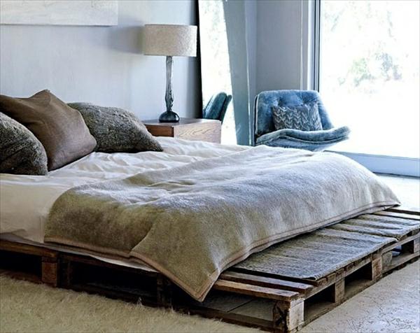 alte-paletten-in-schönes-bett-verwandeln - weiche dekokissen