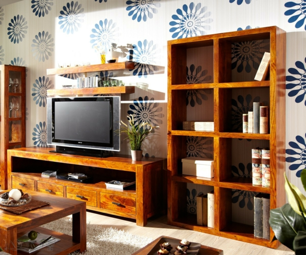 bücherregal-aus-massivholz-im-wohnzimmer - schöne tapete