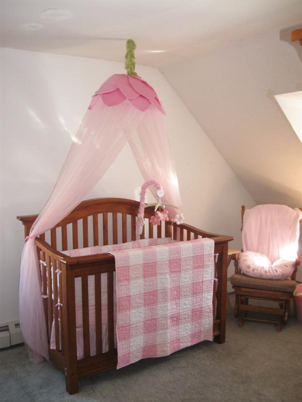 babyzimmer-in-einer-dachwohnung-baldachin-bett