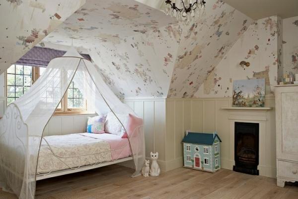 baldachin-kinderbett-in-einem-kreativ-gestalteten-babyzimmer