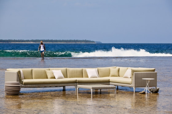 balkon-lounge-möbel-ein-sofa-im-wasser