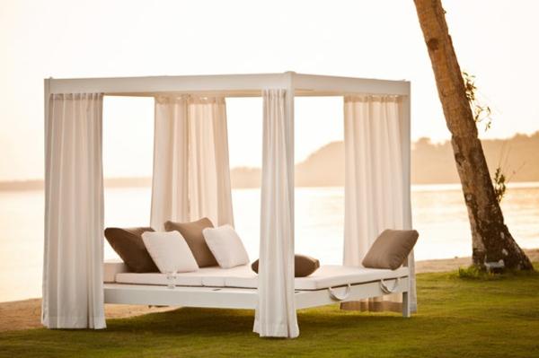 balkon-lounge-möbel-elegantes-bett mit gardinen