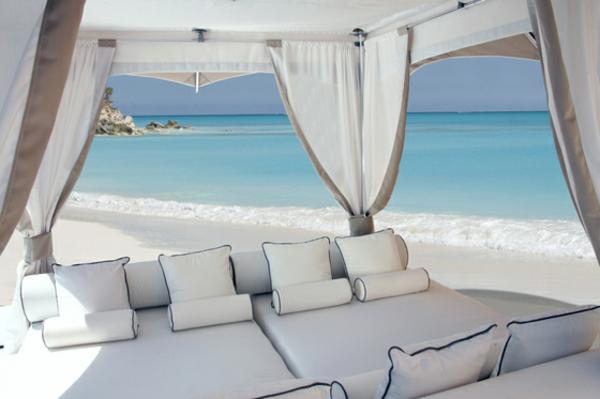 balkon-lounge-möbel-großes-weißes-bett