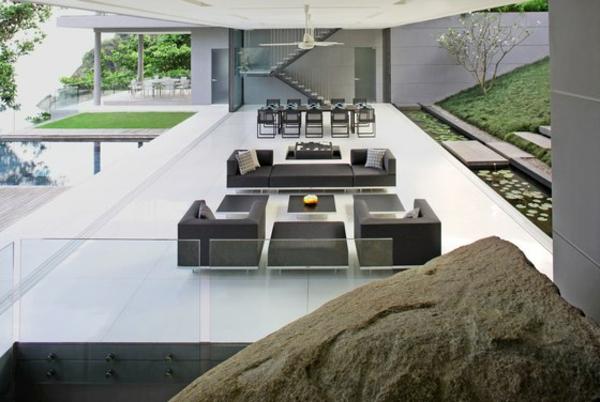 balkon-lounge-möbel-in-dunkler-farbe