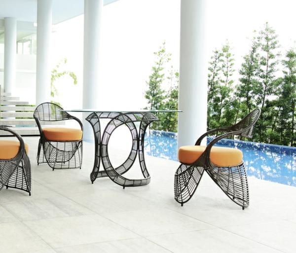 balkon-lounge-möbel-moderne-stühle-und-ein-tisch - weiße säule daneben