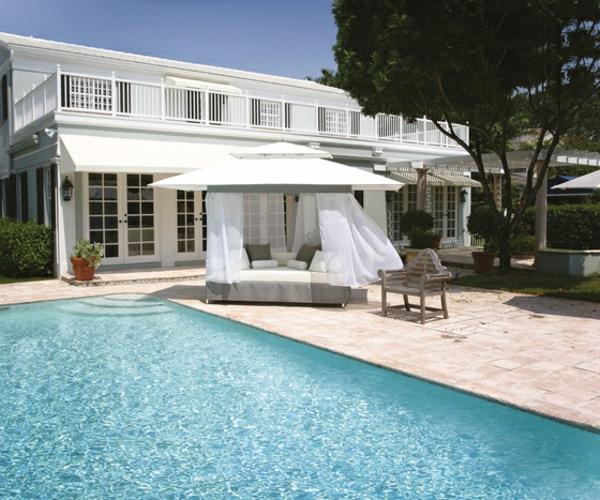 balkon-lounge-möbel-neben-dem-pool