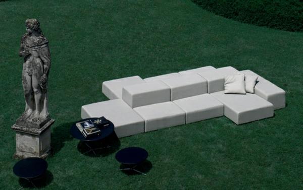 balkon-lounge-möbel-weißes-bequemes-sofa