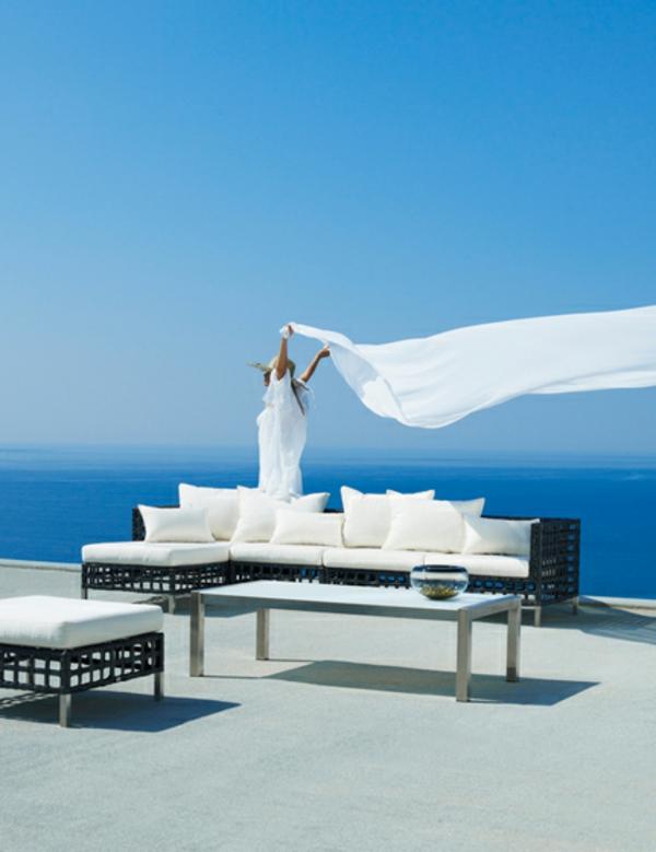 balkon-lounge-möbel-weißes-sofa-mit-dekokissen