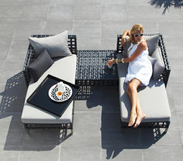 balkon-lounge-möbel-zwei-liegestühle