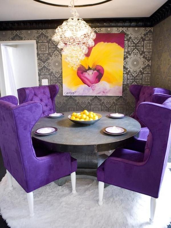 bequeme-Stühle-in-Lila-am-Tisch-Esszimmer